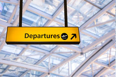 Полет, прибытие и отклонение всходят на борт на авиапорте, стоковая фотография