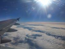 Полет самолетом, небом, облаками, солнцем Стоковые Изображения