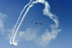 Полет с выполнением фигур высшего пилотажа Стоковое Изображение