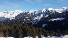Полет трутня над горами Snowy Стоковые Изображения