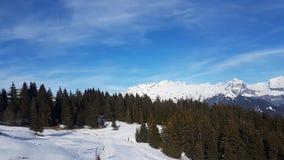 Полет трутня над горами Snowy Стоковое фото RF