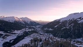 Полет трутня над горами Snowy Стоковые Изображения RF