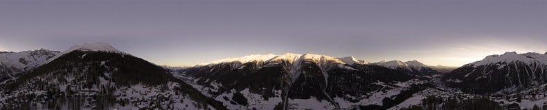 Полет трутня над горами Snowy Стоковая Фотография
