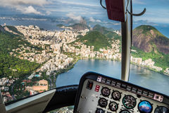 Полет helikopter Рио-де-Жанейро Стоковое фото RF