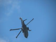Полет rotorcraft вертолета diuring Стоковое фото RF