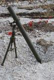 Поле брани WW1 с минометом и маками Стоковая Фотография