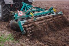 поле вспахивая трактор Стоковое фото RF