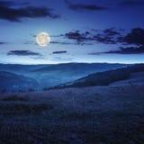 Поле в горе около дома на ноче Стоковое фото RF