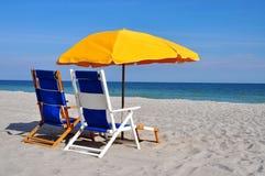 поле глубины стулов пляжа отмелое очень Стоковая Фотография