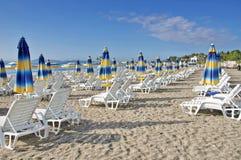 поле глубины стулов пляжа отмелое очень Стоковое Изображение RF