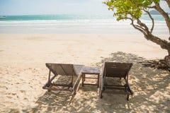 поле глубины стулов пляжа отмелое очень Стоковое фото RF