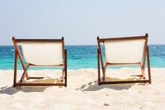 поле глубины стулов пляжа отмелое очень Стоковые Изображения RF