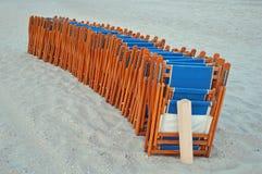 поле глубины стулов пляжа отмелое очень Стоковые Изображения