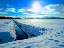 Поле зимы с снегом Стоковое Изображение RF