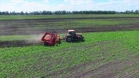 Поле и трактор земледелия акции видеоматериалы