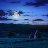 Поле около дома на ноче Стоковые Изображения