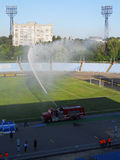 Поле орошенное пожарной машиной Стоковые Фото