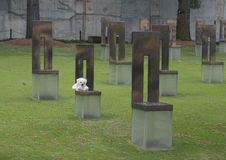 Поле пустых стульев с белым плюшевым медвежонком, мемориалом Оклахомаа-Сити Стоковая Фотография RF
