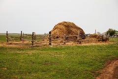Поле с bales сена или сторновки Стоковые Фото