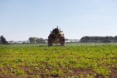 Поле трактора распыляя Стоковые Фото
