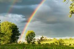 поле фермы над радугой Стоковая Фотография