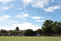 Поле, футбольное поле или футбольное поле спорта с предпосылкой голубого неба Стоковые Изображения