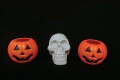 Поддельная тыква с поддельным белым черепом Стоковая Фотография