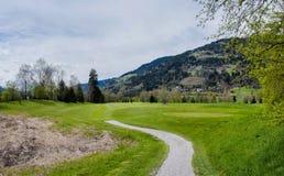 Поле для гольфа в горах стоковое фото rf