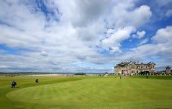 Поле для гольфа Сент-Эндрюса и дом клуба в файфе, Шотландии Стоковые Фотографии RF