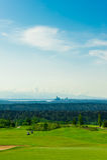 Поле для гольфа с зеленой травой и Сиэтл городскими на Backgro стоковые изображения rf