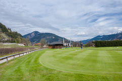 Поле для гольфа с игроками стоковые изображения