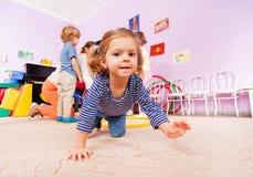 Ползание девушки на активном уроке класса в детском саде Стоковые Фотографии RF