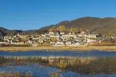 Под заходящим солнцем монастырь Songzanlin Стоковое Изображение