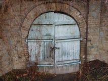 Подземелье, кладовка, подземелье, часть замка, старая дверь, большой замок, старомодный проход, волшебство, тайна стоковое изображение rf