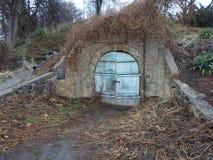 Подземелье, кладовка, подземелье, часть замка, старая дверь, большой замок, старомодный проход, волшебство, тайна стоковая фотография