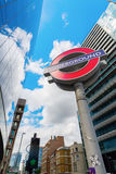 Подземный знак с небоскребами в Лондоне, Великобритании стоковое фото