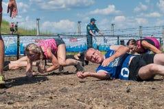 Ползучесть спортсменов под колючей проволокой Tyumen Россия Стоковые Фотографии RF