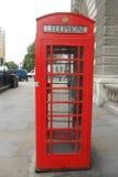 Подлинная красная английская телефонная будка Стоковые Изображения RF