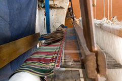 Подлинная сплетя машина, который соткут картины на ткани Стоковые Фотографии RF