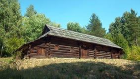 Подлинный деревянный сельский дом Стоковые Изображения RF