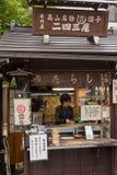 Полинянный фаст-фуд продающ сосиску цыпленка на ручке Стоковые Изображения RF