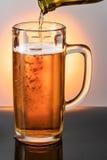 политая кружка пива Стоковые Фотографии RF
