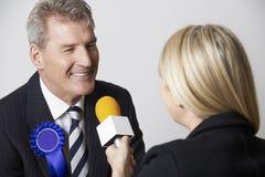 Политик будучи интервьюированным журналистом во время избрания Стоковые Изображения