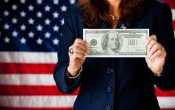 Политик: Держать большую 100 долларовых банкнот Стоковые Фотографии RF
