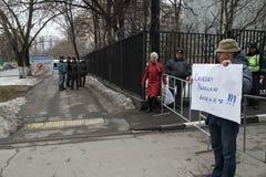 Политик Mikhail Velmakin на пикетчике около тюрьмы где арестованный политик Nikolay Lyaskin содержит Стоковое Изображение RF