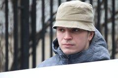 Политик Mikhail Velmakin на пикетчике около тюрьмы где арестованный политик Nikolay Lyaskin содержит Стоковая Фотография RF