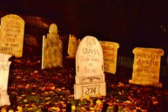 Политический nighttime все украшения Hallowe'en кладбища освящает Eve Стоковая Фотография RF