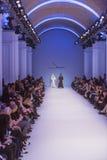 Подиум моделей на взлётно-посадочная дорожка во время модного парада Стоковые Фотографии RF