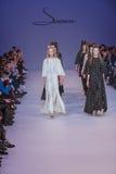 Подиум моделей на взлётно-посадочная дорожка во время модного парада Стоковые Фото
