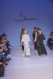 Подиум моделей на взлётно-посадочная дорожка во время модного парада Стоковое Изображение
